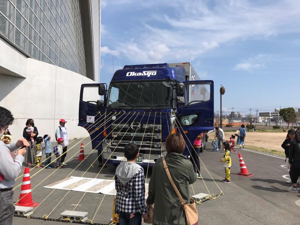 二回オカヤマウインカーサミットにトラックを持込み交通安全教室