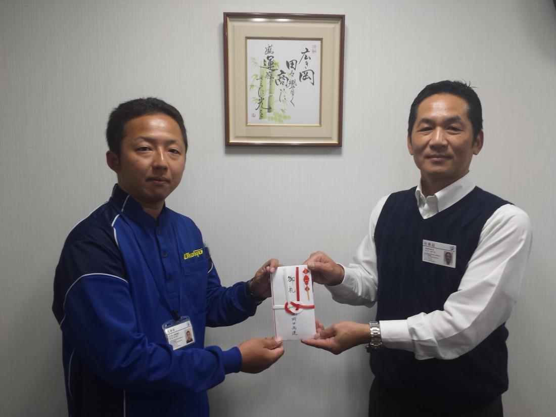 2015年10月22日(木)、京都営業所の林幸次ドライバーに報奨金を支給しまし た。(被紹介者:京都営業所 立脇謙二)